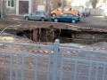 В Киеве на дороге провалился асфальт: Образовалась огромная яма