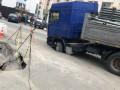 В Киеве фура провалилась в яму в асфальте: Фото