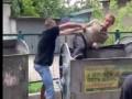 В Харькове мужчина обокрал магазин и спрятался в мусорном баке