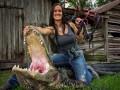 Телеведущая пачками убивает хищников из лука (ФОТО)