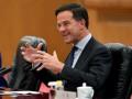 Премьер Нидерландов лично вымыл шваброй пол в парламенте