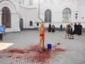 Голая активистка Femen облилась «кровью» в Киево-Печерской лавре
