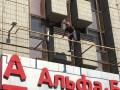 В центре Киева мужчина угрожает выпрыгнуть из гостиницы