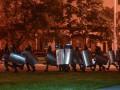 В Минске жильцы дома скинули на силовиков дверь