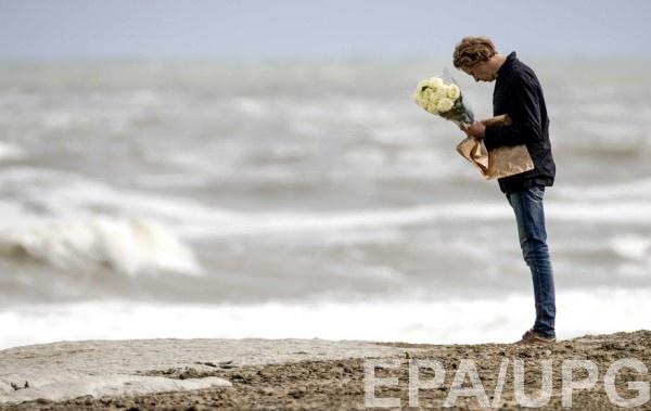 Мужчина пришел почтить память погибших серферов в Нидерландах