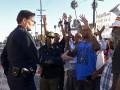В городе Фергюсон полицейских обязали носить на груди мини-видеокамеры