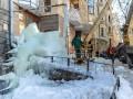 Столичные коммунальщики ликвидируют огромную глыбу льда