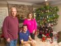 Семья из США 34 года подряд наряжает одну и ту же елку, спиливая верхушку