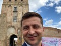 Зеленский похвастался селфи на фоне символа Украины
