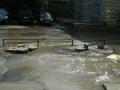 В Киеве канализационными стоками затопило улицу Полевую