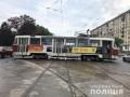 Харьковский трамвай сошел с рельсов и врезался в авто, пострадали двое