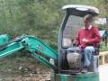 Ющенко копается в грязи за рулем трактора (ФОТО)
