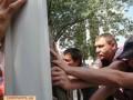 Жители Березняков снесли забор новой стройки, протестуя против вырубки сквера