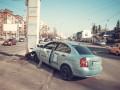 В Киеве такси Uber влетело в билборд, есть пострадавшие