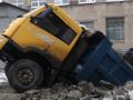 В Днепре возле школы под землю провалился грузовик