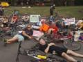 В центре Днепра велосипедисты устроили лежачий протест