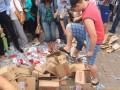 В Донецке на митинге растоптали конфеты Roshen (фото)