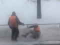 В Киеве сняли на видео приключения пьяного коммунальщика