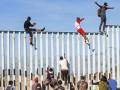 Караван мигрантов добрался до забора на границе Мексики и США