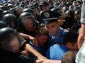 У здания Киевсовета начались потасовки: митингующие пытаются прорвать оцепление
