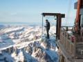 Над пропастью в Альпах установили стеклянную комнату обозрения