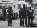 Брюссель: полиция окружила мужчину в пальто с торчащими проводами