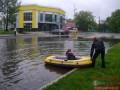 Находчивый житель Броваров устроил переправу на лодке через затопленную улицу