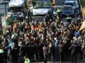 В Каталонии протестующие блокируют движение поездов и машин