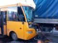 В Киеве маршрутка с пассажирами на скорости врезалась в грузовик