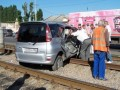 В Одессе трамвай протащил по рельсам автомобиль c российскими номерами