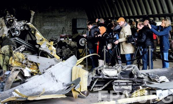 Обломки самолета рейса MH17, сбитого в Украине