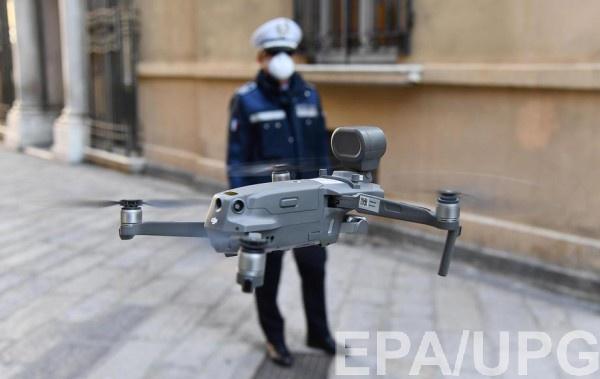 Полицейский в итальянском городе Генуя запускает дрон для наблюдения за нарушителями карантина