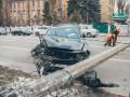 В центе Киева внедорожник сбил бетонный столб