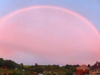 Жителей Великобритании поразила необычная радуга
