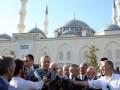 Президент Турции упал в обморок в мечети