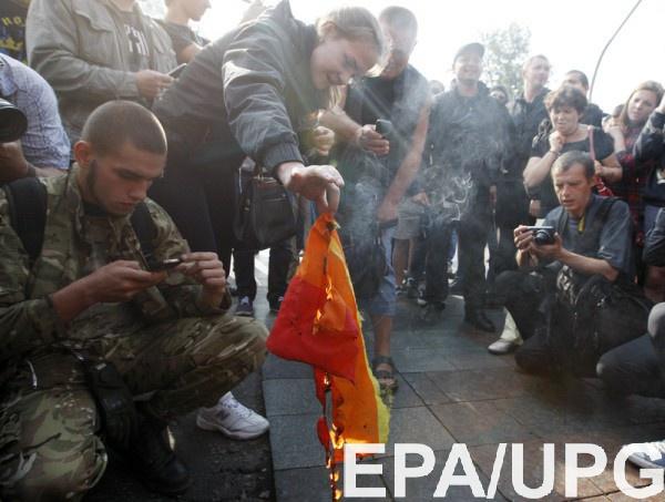 Противники ЛГБТ сожгли радужный флаг активистов