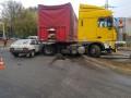 В Харькове тяжеловес помял две машины и снес светофор