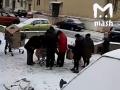 Появилось видео, как российские пенсионеры бросаются на просроченную еду