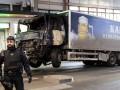 В грузовике, наехавшем на толпу людей в Стокгольме, нашли взрывчатку - СМИ