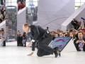 Стал на колени: Лавров упал на сцене форума о
