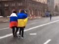 По центру Киева прошли мужчины с флагами Украины и России