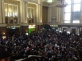 Тысячные толпы, опаздывающие поезда и танцующие дети. Вокзал под снегом: как это было
