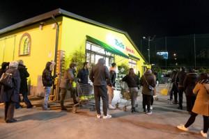 Коронавирус: итальянцы в панике штурмуют магазины
