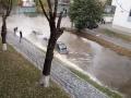 В центре Киева прорвало трубу, дорогу залило кипятком