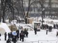 В Киеве под Радой митингующие убрали часть палаток