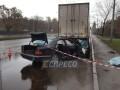 В Киеве Mercedes въехал в грузовик: погиб 22-летний водитель