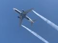 В Лос-Анджелесе авиалайнер сбросил топливо на школьников