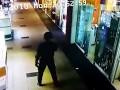 Появилось видео ограбления ювелирного магазина в Херсоне