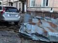 Во Львове шквальный ветер сорвал крыши и повалил деревья