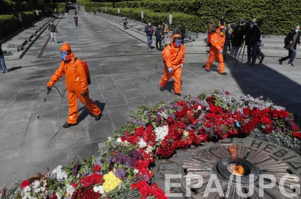 Работы по дезинфекции возле памятника Вечной Славы в Киеве